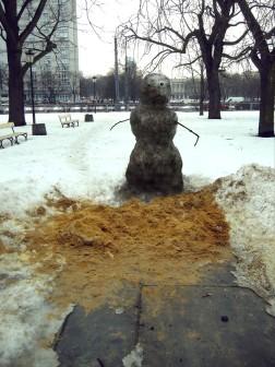 czarny bałwan, 2010, brudny śnieg, marchewka, węgiel, gałęzie