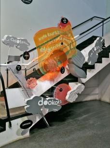 Powrót do przyszłości, 2013, rzeźba językowa wmontowana w klatkę schodową Bunkra Sztuki, Kraków