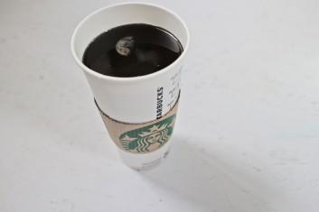 w pośpiechu zamówiłem kawę w starbaksie na księżycu, 2015, żywica epoksydowa, kubek ze starbucksa