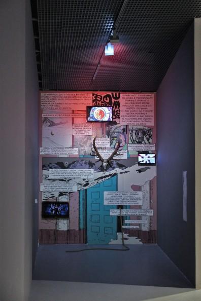bloodsugarsexmagick, 2016, mural, 3-kanałowe video, chromowana czaszka, za drzwiami całkowicie zaciemniony, przechodni korytarz wypełniony zapachem krwi, feromonów i kadzidła