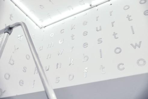 między (nogami), 2016, lewitujący white cube wypełniony krzyżówką z tagów ze stron porno