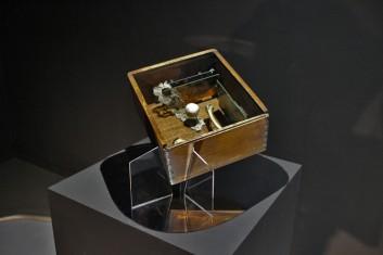 Pudełko (wg Cornella), 2016, drewno, układy scalone, zegarek, porcelana, kości, koronka, plexiglas 1/4