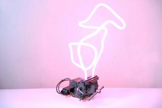 ściskanie światła, 2020, neon, imadło