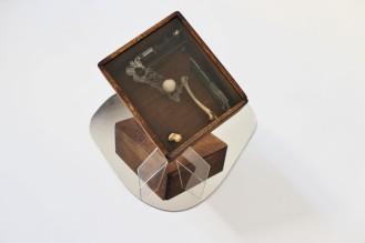 Pudełko (wg Cornella), 2016, drewno, układy scalone, zegarek, porcelana, kości, koronka, plexiglas 3/4