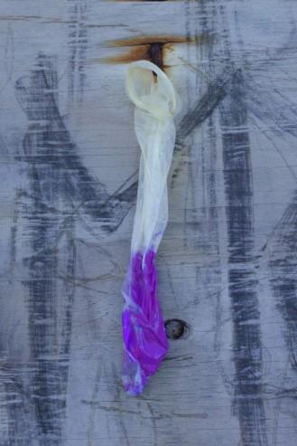 mieli po trzy macko-oczy, cztery zwinne ręce i miękkie, upstrzone plamami, fluorescencyjne futro każdy [homage dla Ericha von Daeniken], 2017, prezerwatywa lateksowa, fluorescencyjna maź 1/2