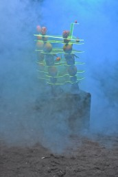 republika bananowa, 2018, environment zbudowany z rozkładających się owoców, pleksiglasu, sztucznej mgły